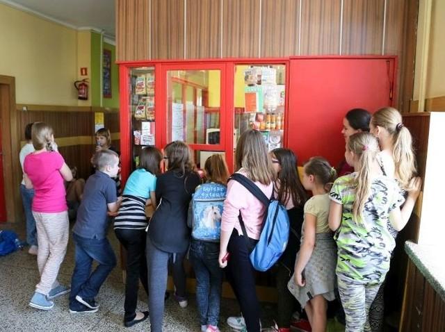 Sklepik w SP 4 jest oblegany, zwłaszcza podczas długich przerw. Od września i tu, i w innych szkołach, uczniowie nie kupią już niezdrowego jedzenia.