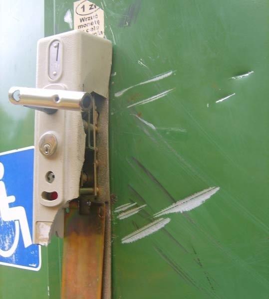 Szczecinek. Zniszczony zamek w drzwiach toalety.