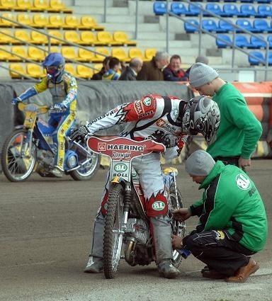 Rafał Okoniewski (z prawej) i Tomasz Gollob testowali wczoraj po dwa swoje GM-y