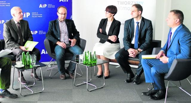 Uczestnicy naszej debaty (od lewej): Roman Głaz (Ministerstwo Środowiska), Artur Badyda (Politechnika Warszawska), Ewa Przybyło (burmistrz Rabki-Zdroju), Tomasz Pietrusiak (Urząd Marszałkowski Województwa Małopolskiego), Dariusz Szymczak (NFOŚiGW)