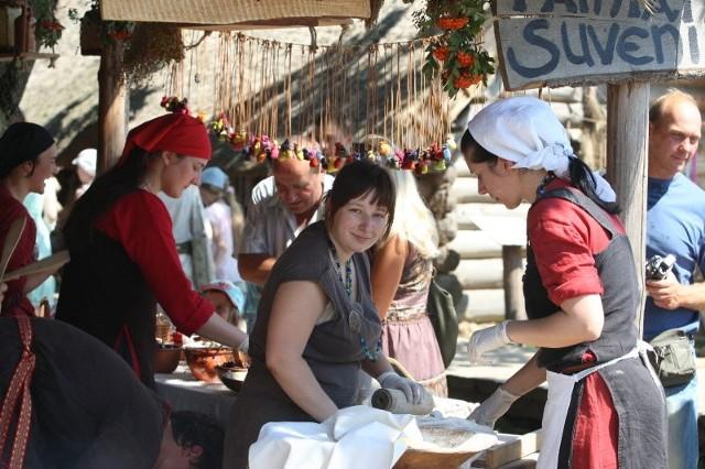 Kobiety przez cały czas trwania festiwalu gotują potrawy z czasów Słowian i Wikingów. Jak mówią największym powodzeniem cieszą się podpłomyki, czyli naleśniki z wody i różnych mąk.