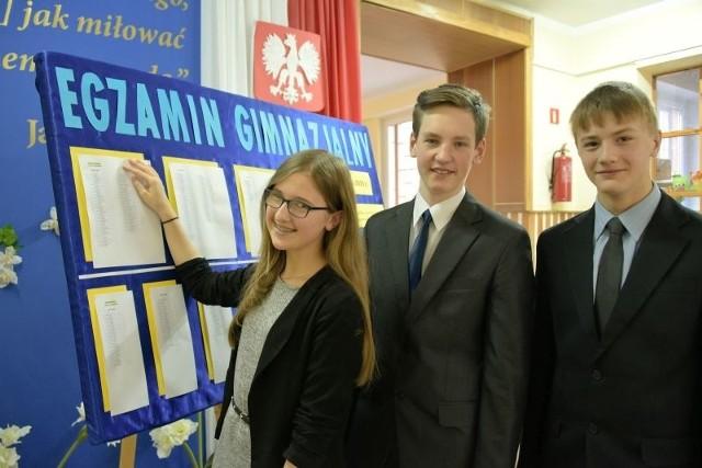 Testy z angielskiego zakończyły tegoroczną małą maturę. Od lewej: Natalia Aleksiejuk, Damian Zalewski i Rafał Choroszucha z PG 13.