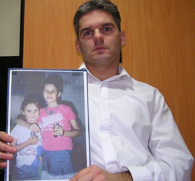 Wojciech Pomorski ze zdjęciem córek