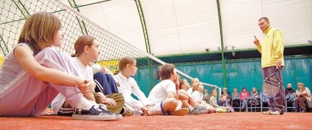 Szkółka tenisowa na krytych kortach w Szczecinku. Korty oddano do użytku rok temu.