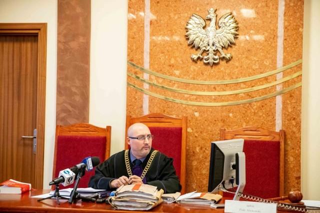 Sędzia Piotr Markowski nie ujawnił w środę, jaką kwalifikację prawną rozważa. Nie chciał m.in. uprzedzać stron za pośrednictwem mediów, których przedstawiciele licznie stawili się na sali rozpraw.