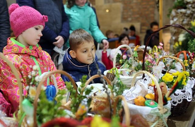Pokarmy święci się w Wielką Sobotę, by następnie w Wielkanoc podzielić się nimi przy stole