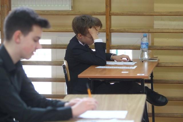 Zobacz arkusz i odpowiedzi z egzaminu gimnazjalnego z języka rosyjskiego na poziomie podstawowym na kolejnych slajdach Zobacz kolejne strony arkusza i odpowiedzi---->