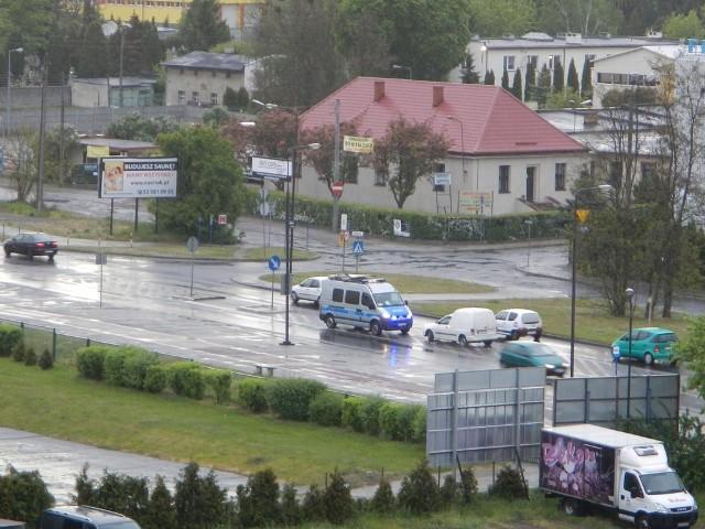 Radiowóz stanął na ulicy Kamiennej w Bydgoszczy na tzw. pasie wyłączenia, co normalnie jest zabronione. Zaniepokojeni kierowcy zwalniali do 5-10 km na godzinę, bo myśleli, że to wypadek.