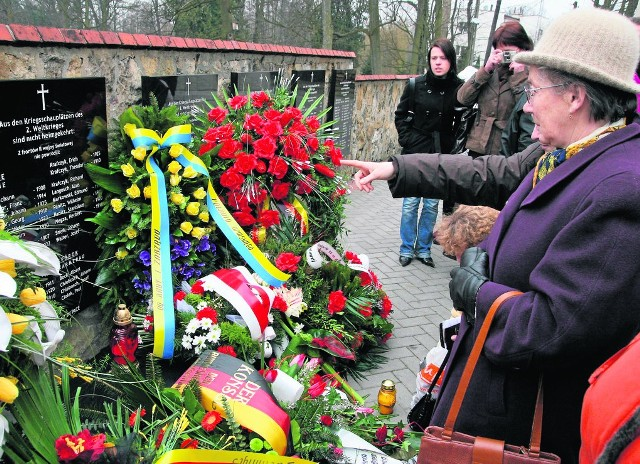 Pomniki i tablice są ważnym elementem budującym świadomość członków mniejszości. Na zdjęciu odsłonięcie - w 2009 - tablic w Krasiejowie upamiętniających ofiary wojny i wywózek na wschód.
