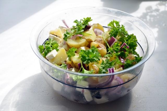 Zobaczcie przepisy na proste i szybkie sałatki ziemniaczane.