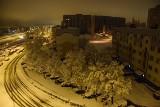 Łódź zasypana śniegiem. Warstwa białego puchu pokryła ulice, drzewa, dachy i chodniki ZDJĘCIA