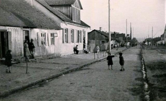 Zdjęcie wykonał w czerwcu 1941 roku nieznany, niemiecki fotograf. Widać na nim ulicę Spadek w Zamościu, która była wówczas częścią getta