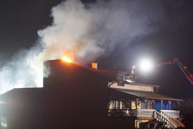 We wtorek około godz. 22.30 w jednym z domów przy ul. Dożynkowej na osiedlu Rajsków w Kaliszu doszło do wybuchu i pożaru. Płomienie wydobywające się z poddasza było widać z daleka. Zobacz więcej zdjęć ----->