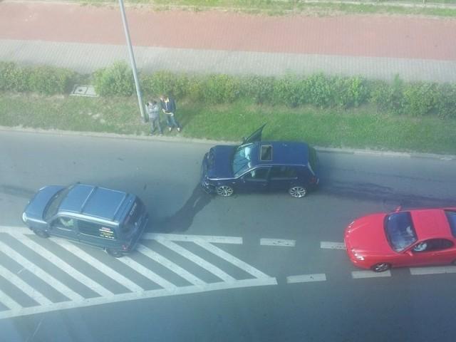 Z rozbitego volkswagena wyciekły na jezdnię płyny eksploatacyjne.