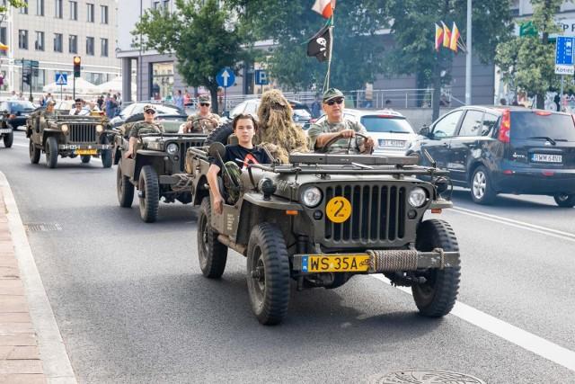"""W piątek, 21 czerwca, o godz. 17 ulicami Białegostoku ruszyła parada opancerzonego sprzętu wojskowego. Odbyła się w ramach 9. edycji Pikniku Militarnego """"Misja Wschód""""."""