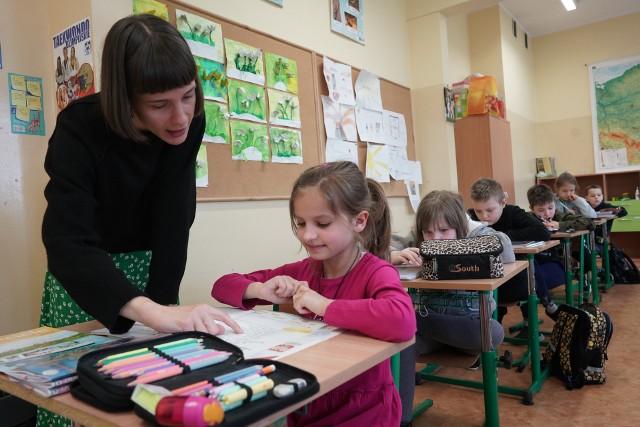 4 maja uczniowie klas I-III szkół podstawowych wrócili do nauki stacjonarnej. Nasz fotoreporter wybrał się do Szkoły Podstawowej nr 51 w Poznaniu.