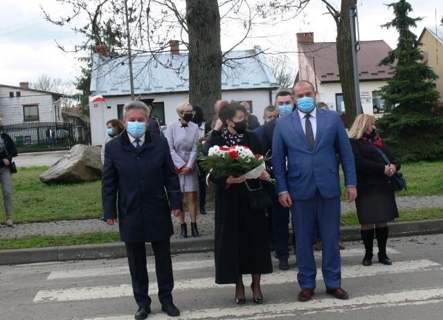 Wśród składających wiązanki była burmistrz Koprzywnicy Aleksandra  Klubińska, jej najbliżsi współpracownicy. Od lewej Mirosław Kępa  wiceburmistrz i Remigiusz Łukawski sekretarz - z prawej.