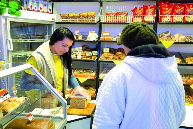 Kupcy stracą pawilonyByć może sklep z pieczywem, w którym pracuje Barbara Cimaszewska, zostanie przeniesiony w inne miejsce. Sześć pawilonów przy ul. Konstytucji 3 Maja będzie rozebranych.