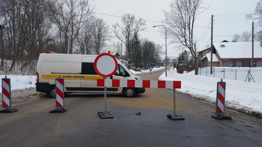 Plama oleju na ulicy Wałbrzyskiej w Kamiennej Górze