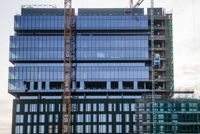 W czerwcu zacznie się wielka przeprowadzka Allegro w Poznaniu. Spółka przeniesie się z obecnie zajmowanego biurowca Pixel przy ul. Grunwaldzkiej na Nowy Rynek. Tu - między ulicami Matyi i Wierzbięcice - kończy się budowa trzeciego biurowca nowego kompleksu, który stanął w miejscu dawnego dworca autobusowego. Zobacz, jak powstaje nowa siedziba Allegro w Poznaniu.Przejdź do kolejnego zdjęcia --->