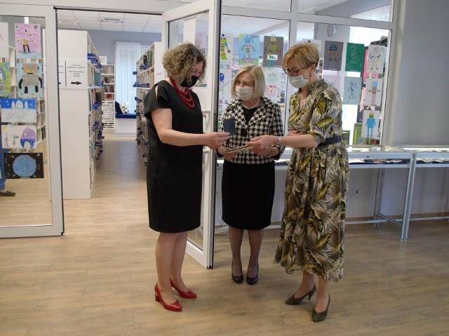 """Medal """"W dowód uznania"""" otrzymała również dyrektor Gminnej Biblioteki Publicznej w Pysznicy Joanna Sztaba"""