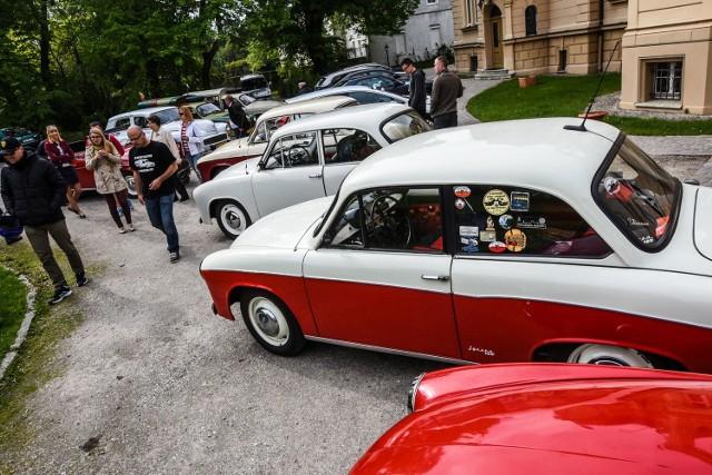 Miłośnicy Syrenek przyjechali przed Pałac w Ostromecku nie tylko z Bydgoszczy