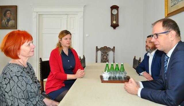 Prezydent Przemyśla Wojciech Bakun (nz. pierwszy z prawej) podziękował przedstawicielkom firmy FBSerwis Karpatia z Tarnowa, za wsparcie na walkę z koronawirusem.
