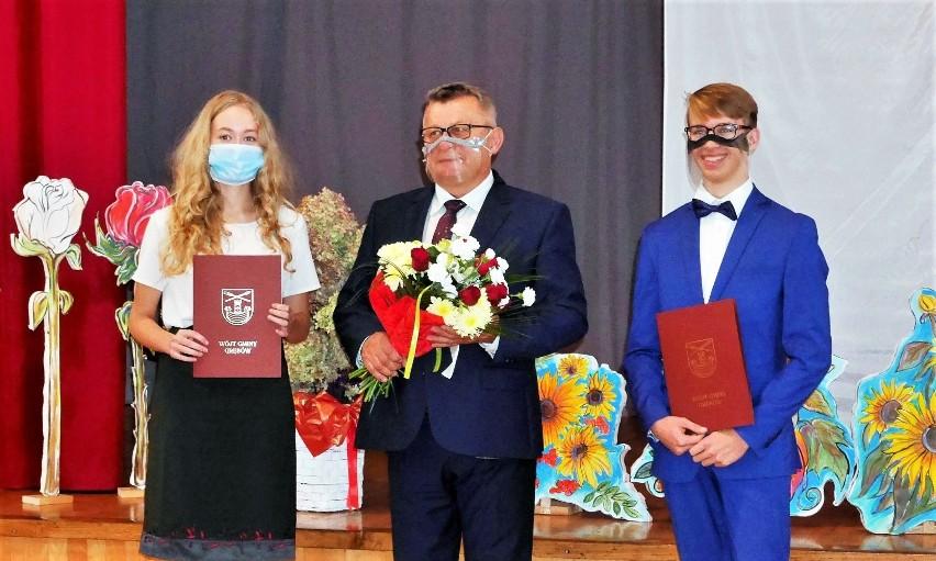Wójt Grębowa Kazimierz Skóra co roku nagradza stypendiami najlepszych uczniów liceum. W październiku otrzymało je 36 osób.
