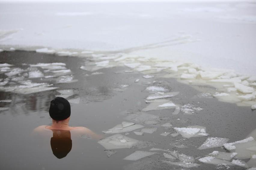 Wypadek podczas morsowania w Kujawsko-Pomorskiem. Mors w Urszulewie próbował przepłynąć pod lodem. Zmarł