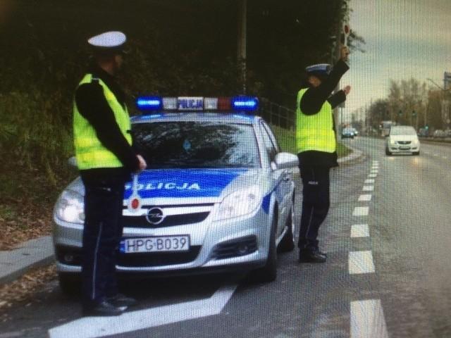 Kontrole drogowe oraz kontrole maseczek w miejscach publicznych podczas świątecznego weekendu