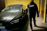 Funkcjonariusze zlikwidowali dziuplę samochodową. Trafiały tu luksusowe auta skradzione na terenie Polski i UE (zdjęcia, wideo)