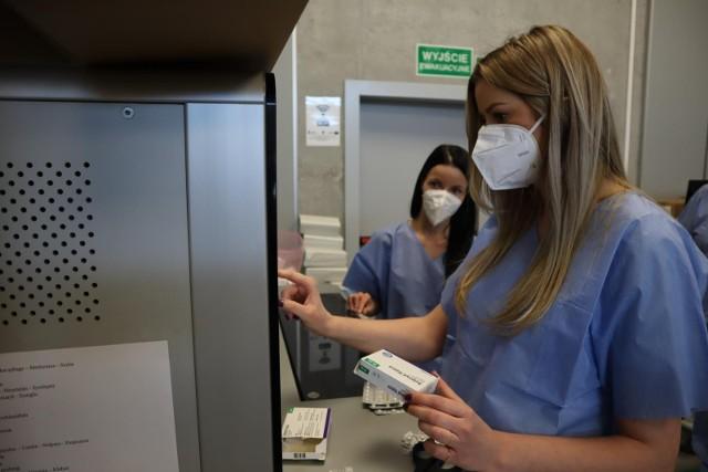 - Sytuacja epidemiczna w Polsce ustabilizowała się. Odnotowujemy dalsze spadki dziennej liczby zakażeń i zajętości łóżek, mimo rosnącej mobilności Polaków- powiedział minister zdrowia.
