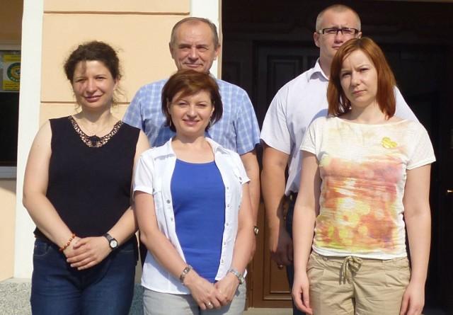 Marian Sułek (drugi z lewej) i osoby, które pracowały przy programach unijnych (od lewej): Katarzyna Mucha, Elżbieta Noworol – Luft, Arkadiusz Durasiewicz, Katarzyna Figarska.