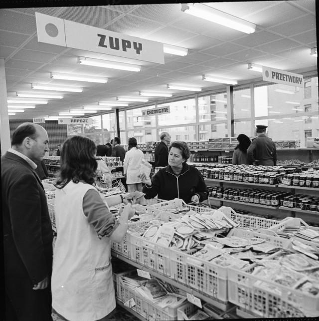 Super Sam przy ul. Niemodlińskiej w Opolu otwarto na początku lat 70. Na archiwalnych zdjęciach można zobaczyć, jak wnętrze różni się od tego, co teraz mamy w sklepach.