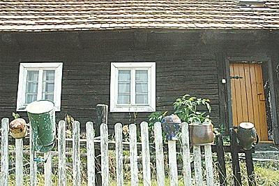 W Buczynach powstaje samowystarczalna łużycka wioska. Takie chaty można jeszcze obejrzeć w skansenie w podzielonogórskiej Ochli.