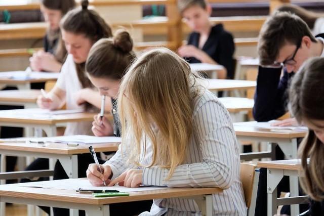 Próbny egzamin gimnazjalny 2018 część humanistyczna ODPOWIEDZI. Sprawdziany przygotowywane przez Operon mają sprawdzić wiedzą uczniów przed właściwym egzaminem. Odpowiedzi z próbnego egzaminu gimnazjalnego znajdziemy w Internecie po sprawdzianie.