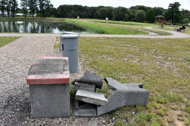 Zniszczony grill na Stawach Marczukowskich