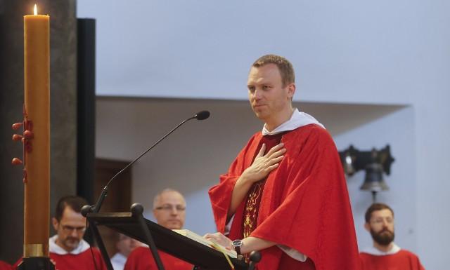"""O. Artur Gałecki w rzeszowskim klasztorze mieszka od 2004 r. Do tej pory był syndykiem konwentu, wikariuszem parafii, asystentem fundacji """"Pasieka"""", duszpasterzem rodzin, odpowiedzialnym za kursy przedmałżeńskie, mediacje rodzinne i medytację chrześcijańską.  Od wczoraj jest także przeorem konwentu św. Jacka, zastępując o. Romualda Jędrejko. Urząd objął w liturgiczne wspomnienie św. Wojciecha, biskupa i misjonarza.- W przeciwieństwie do św. Wojciecha, któremu nic w tym ziemskim życiu nie wyszło, ojcu Arturowi wychodzi wszystko, czego się nie dotknie. To aż niepokojące - żartował podczas homilii o. Andrzej Kuśmierski, który funkcję przeora pełnił w Rzeszowie do 2015 r.  - Dobry przeor i dobry chrześcijanin sprawia, że ten, który jest obok zaczyna żyć. Wzrasta i staje się pełny - dodawałO. Gałecki niedługo zostanie także proboszczem parafii pw. św. Jacka. Po mszy św. instalacyjnej nowy przeor modlił się z parafianami w prezbiterium. Odebrał też kwiaty i życzenia od parafialnego klubu seniora."""