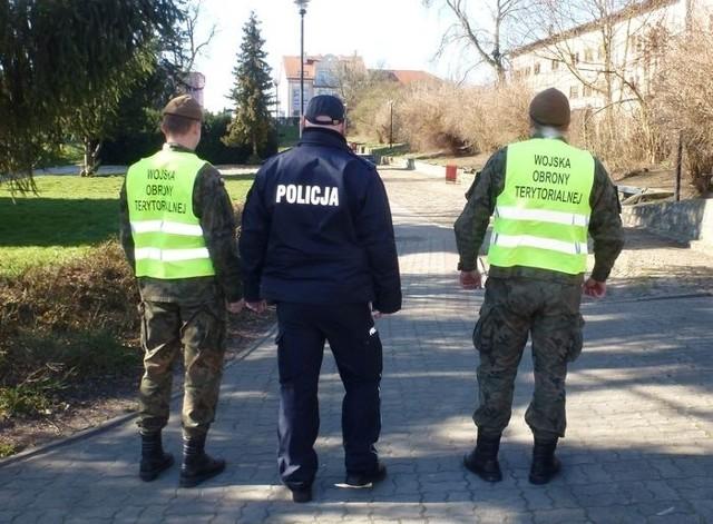 Od kilku tygodni policjanci nowomiejskiej komendy wspierani są przez funkcjonariuszy Straży Miejskiej oraz żołnierzy Wojsk Obrony Terytorialnej.