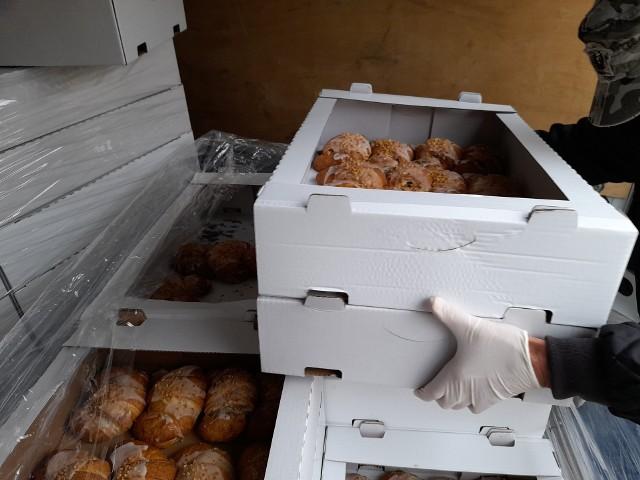 Jeden z podpoznańskich cukierników rozdał 200 kg, czyli łącznie 1000 sztuk, pysznych świętomarcińskich rogali najbardziej potrzebującym.