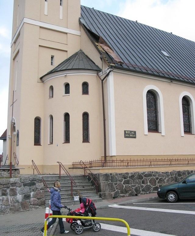 Uszkodzony dach kościoła w Miastku