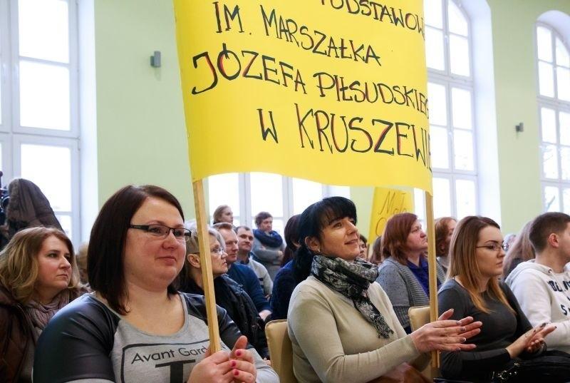 Magdalena Skokin (pierwsza od lewej) i Elżbieta Konopka wraz z innymi mieszkańcami Kruszewa bronią szkoły. Nie zgadzają się, by została przekształcona w filię podstawówki w Choroszczy.