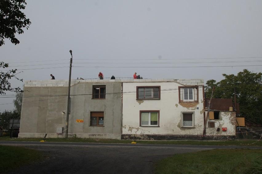 Spalony dach już został rozebrany. Teraz trwają prace przy wylewaniu wieńca.