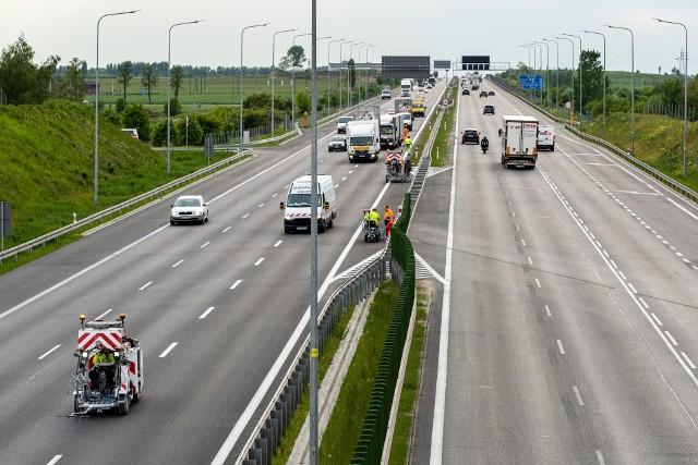 Uruchomiony został nowy system poboru opłat drogowych e-TOLL, który obejmuje 3,7 tys. kilometrów dróg płatnych dla ciężarówek. Na części dróg województwa łódzkiego będą z niego mogli korzystać także kierowcy samochodów osobowych. Zmieni się organizacja ruchu na wjeździe i wyjeździe z autostrady.Na odcinkach Konin-Stryków na autostradzie A2 oraz Wrocław – Sośnica  na autostradzie A4 z nowego systemu mogą korzystać również użytkownicy samochodów osobowych. Jest to możliwe na płatnych odcinkach autostrad zarządzanych przez skarb państwa.Czytaj dalej