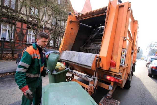 Śmiecimy - płacimy. Nie ma zmiłuj. Z roku na rok stawki za wywóz odpadów są coraz wyższe. Prawdziwy szok cenowy przeżyli mieszkańcy wielu polskich miast w ubiegłym roku. W niektórych opłaty za śmieci poszybowały w górę nawet o... 300 proc. W Toruniu zapowiadano, że drożej nie będzie - przynajmniej w 2020 roku. Nie trzeba było jednak długo czekać. Od 1 stycznia 2021 za wywóz odpadów w Toruniu zapłacimy więcej. Podwyżki czekają nas także w innych gminach.