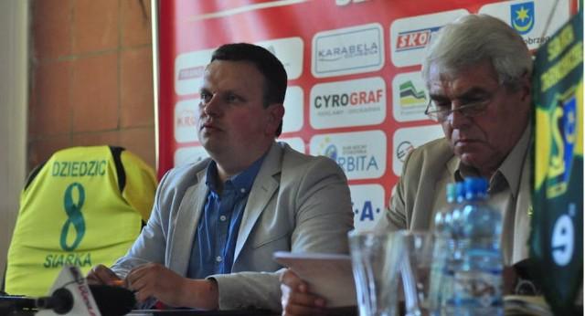 Prezes Siarki, Dariusz Dziedzic (z lewej), nie jest zadowolony z gry zespołu w pierwszej części sezonu 2019/2020