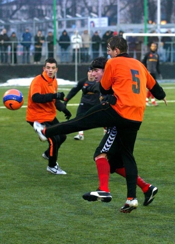 Piłkarze KSZO Ostrowiec kolejny sparing rozegrają w środę. Na zdjęciu Łukasz Matuszczyk (tyłem) i Adrian Frańczak.