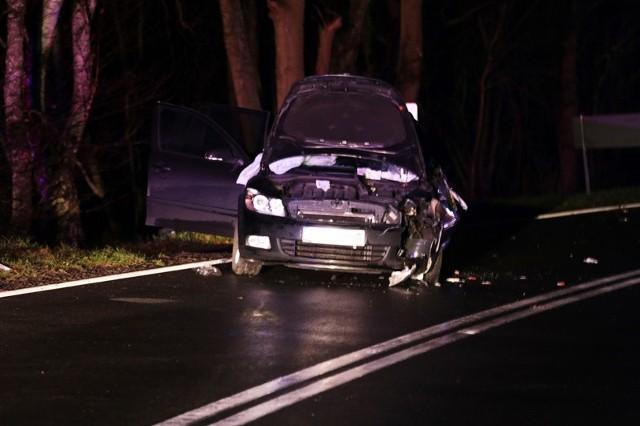 Skoda została mocna rozbita, rannego kierowcę musieli uwolnić strażacy.