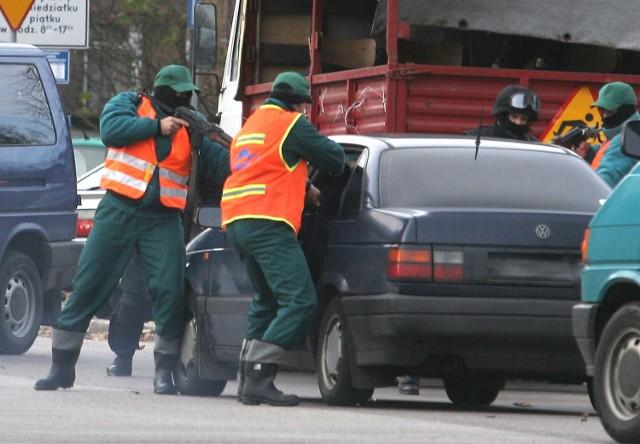 Napastników zatrzymano dzięki policyjnej zasadzce. Aby się to udało, policyjni antyterroryści przebrali się za robotników drogowych.
