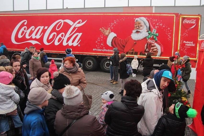 Czerwona ciężarówka Coca-Coli we Włocławku [zdjęcia i wideo]